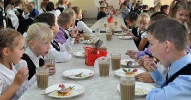 Почему в школах подают компот с «червями» и суп с «ёжиками»