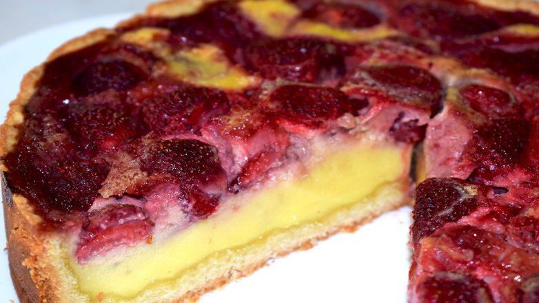 Пирог с клубникой в сметанной заливке