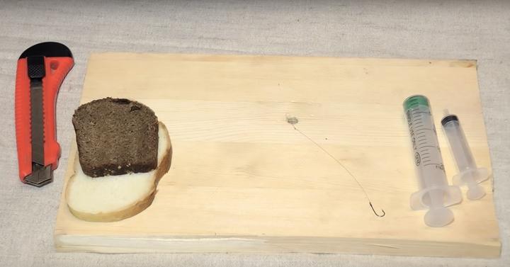 Простейший способ насадки хлеба на крючок. Рыбке точно понравится
