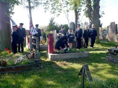 Pokládání kytice ke druhému hrobu