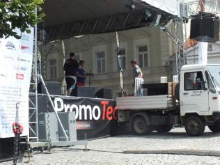 Odvoz židlí z pódia