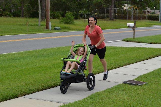 Plutôt que de courir après son petit, on court après une poussette!