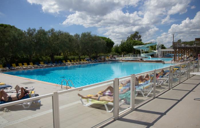 Plongez dans les eaux chaudes de la piscine du camping Sandaya douce quiétude