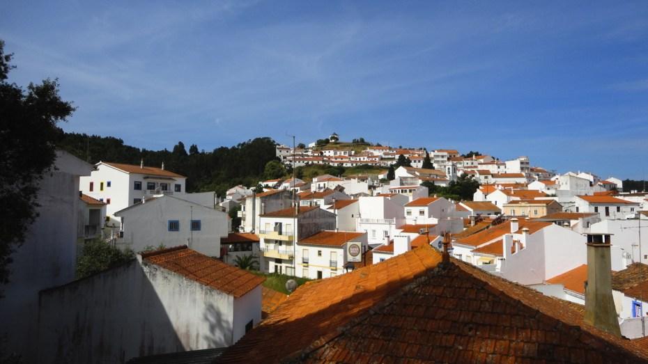Vue d'ensemble du joli village d'Odeceixe au Portugal