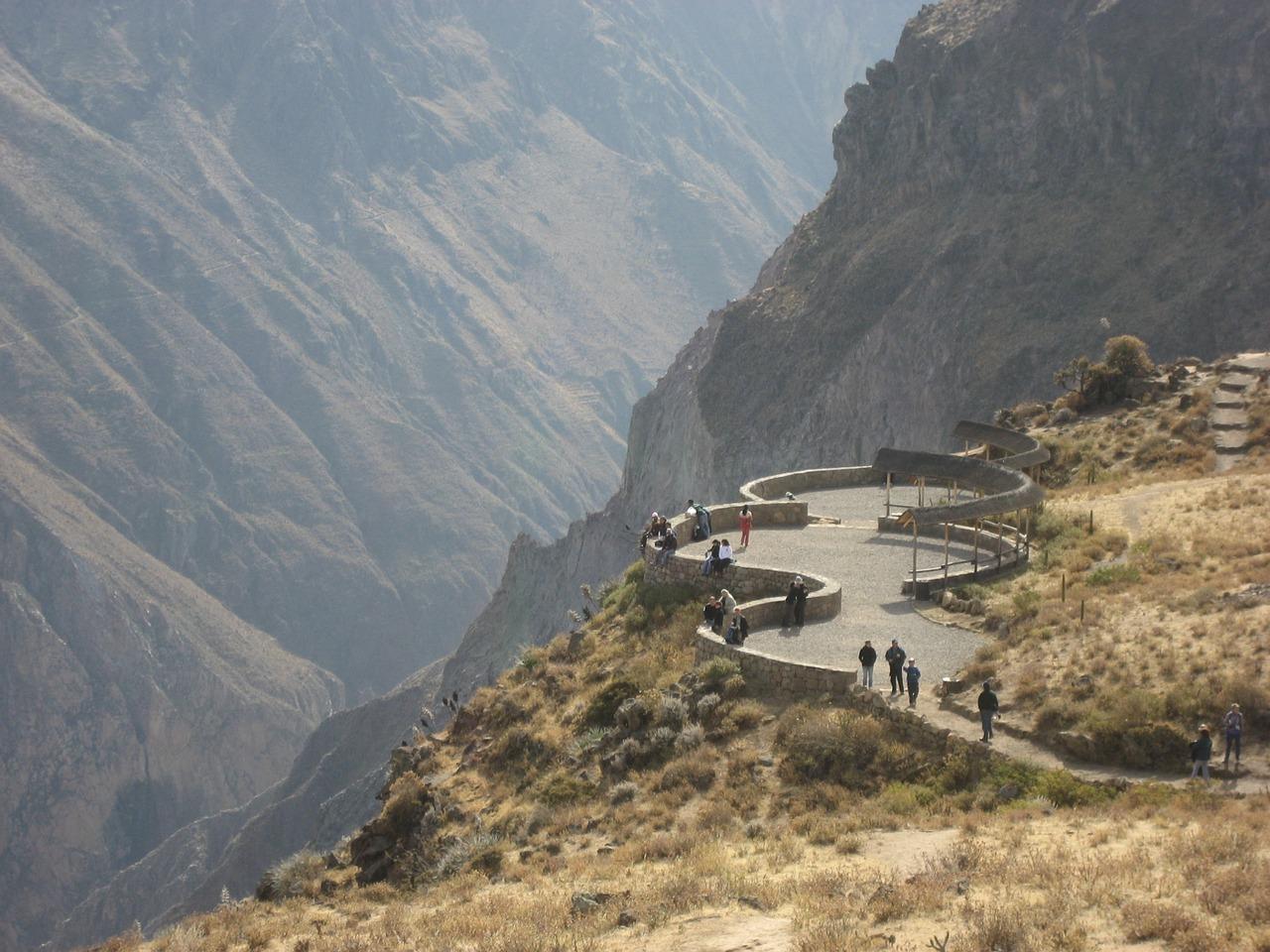 Un groupe randonne dans le canyon de Colca au Pérou