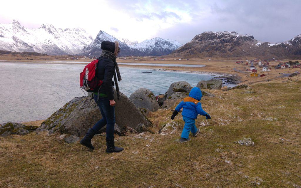 Marcher dans la nature lors d'un voyage en Norvège avec un bébé