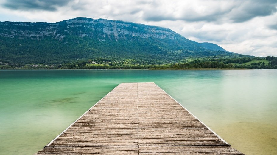 le cadre du lac d'aiguebelette est magnifique pour une baignade naturelle près de lyon