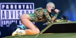 #NowNews : Miley Cyrus escupe a sus fans durante concierto