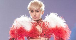 #NowNews : Miley Cyrus celebra sus 22 años de manera peculiar.