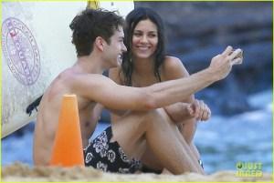#NowNews: Victoria Justice se pasea muy feliz con su novio en la playa.
