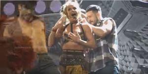 #NowNews: ¡El íncomodo video del brasiere juguetón de Britney Spears!