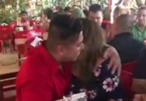 #Lo+Viral ¡Mujer recibe una gran sorpresa dentro de un taco!  (+Video)