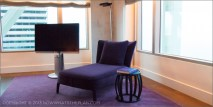 Hotel Arts Barcelona: Luxe chaise in royal purple