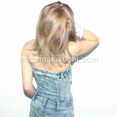 伸ばしかけの前髪の外国人風ミディアムヘア3