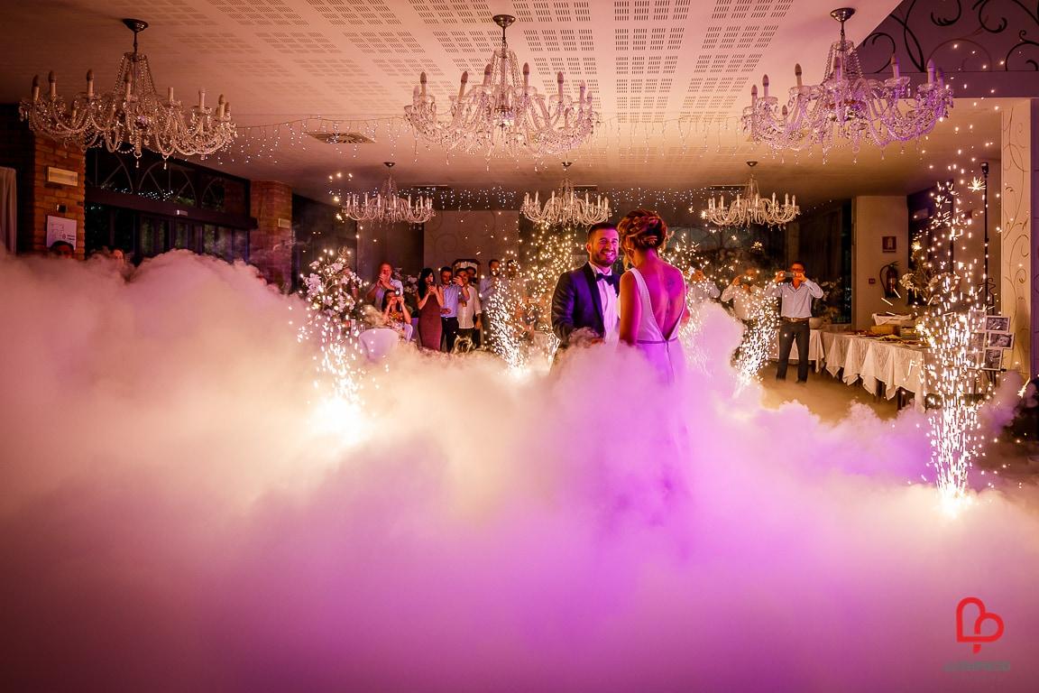 fuochi d'artificio matrimonio con fumo pesante primo ballo sposi