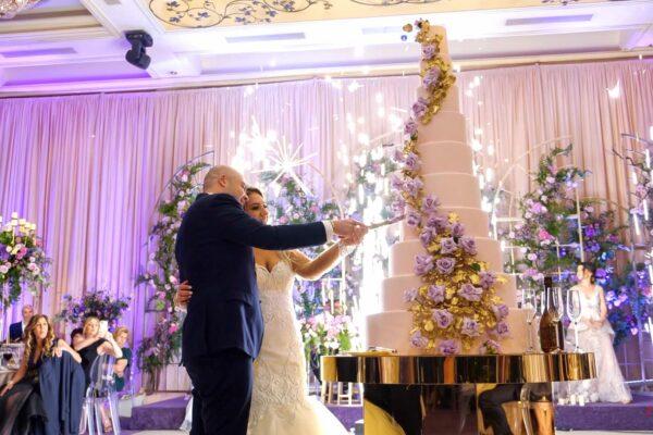 matrimonio taglio torta nuziale con fontane d'artificio