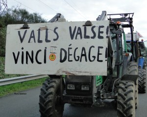 Panneau sur tracteur - manifestation/blocage du périphérique de Nantes, samedi 9 janvier 2016