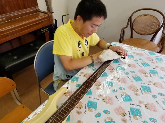 こわれたベースギターの修理