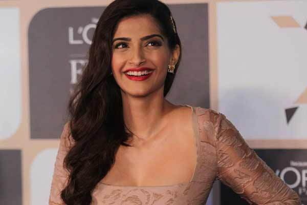 """MY MOTHER-IN-LAW IS MY FRIEND AND AT THE SAME TIME, MY MOM,"" SAYS SONAM KAPOOR ON MUTHOOT BLUE'S 'DHUN BADAL KE TOH DEKHO WITH VIDYA BALAN' ON 92.7 BIG FM"