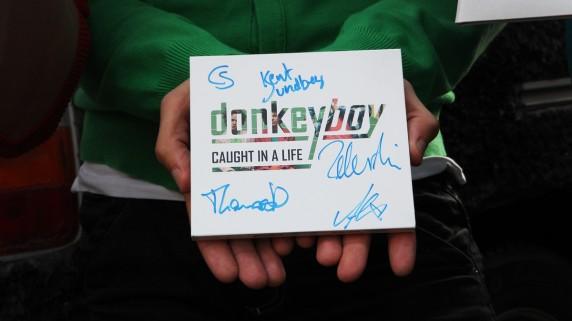 Signert eksemplar av debutplata til Donkeyboy kan bli DITT. Legg inn et bud på QXL. (Foto: Rashid Akrim, NRK P3).