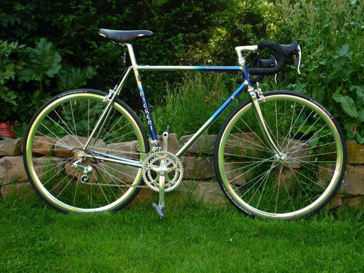 Ein Stahl Rennrad zu fahren