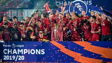 Photo of Liverpool presented with Premier League trophy