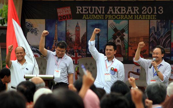 (Dari kiri), Alumni Program Habibie, Ilham Habibie, Daniel Lumban Tobing, Poempida Hidayatullah Gogor Oko Cahyono hadir dalam acara temu kangen di Gedung Arsip Nasional, Jakarta, (Minggu 12/5). Kegiatan tersebut merupakan rangkaian dalam acara reuni akbar 2013 alumni Program Habibie.