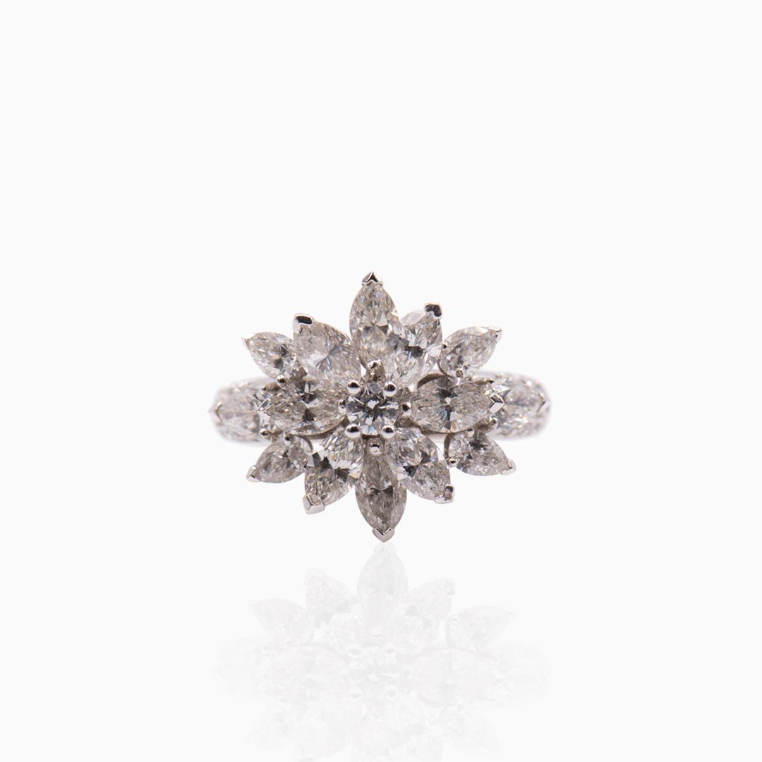 Anillo Oro Blanco y Diamantes en Flor Central