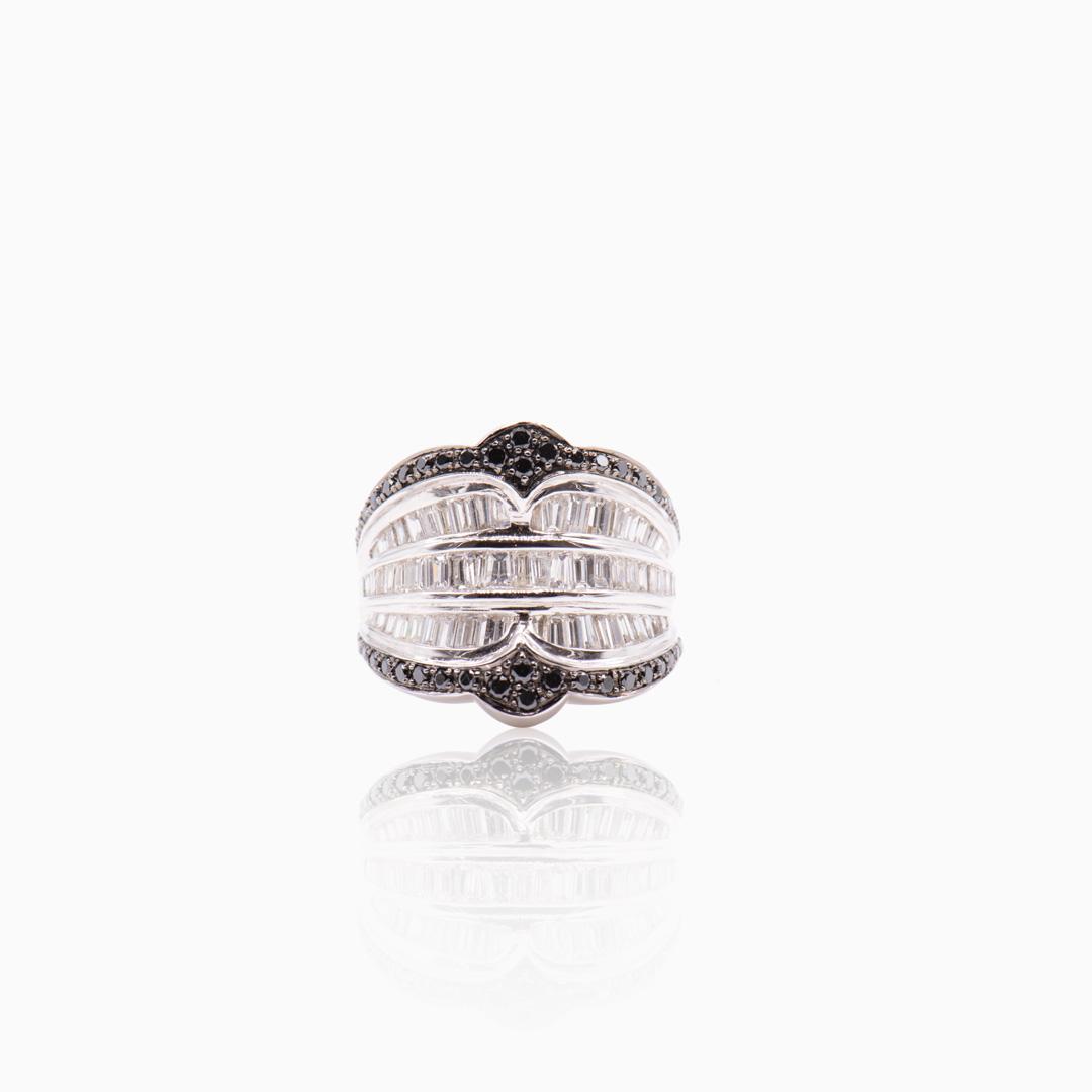 Anillo Oro Blanco Diamantes y Diamantes Negros