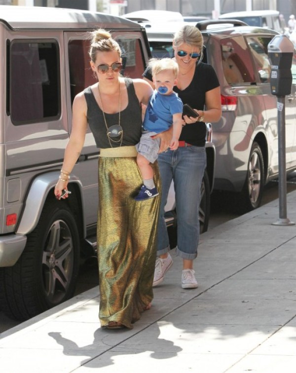 Hilary Duff Gold maxi skirt How To Wear A Metallic Skirt In The Spring