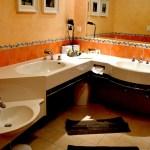 Großes Waschbecken für die Eltern, kleines Becken für die Kinder - und eine integrierte Babywanne. © Nina-Carissima Schönrock