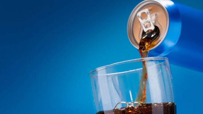 Οι άνθρωποι που καταναλώνουν τακτικάαναψυκτικάμε ζάχαρη, χυμούς και ενεργειακά ποτά, επιβαρύνουν την υγεία της καρδιάς τους.
