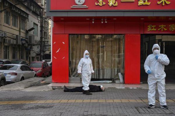 Τον γύρο του κόσμου κάνει μέσω των διεθνών πρακτορείων η εικόνα άνδρα που κείτεται νεκρός στην Γουχάν της Κίνας. Ο άνδρας, κατέρρευσε ξαφνικά μέσα στη μέση του δρόμου.