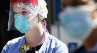 Στις 11 Ιανουαρίου καταγράφηκε ο πρώτος νεκρός στην Κίνα. Οκτώ μήνες αργότερα η ασθένεια, που εντοπίστηκε πρώτη φορά τον Δεκέμβριο του 2019 στην Ουχάν της Κίνας, έχει προκαλέσει τον θάνατο περισσότερων από ένα εκατομμύριο ανθρώπων.