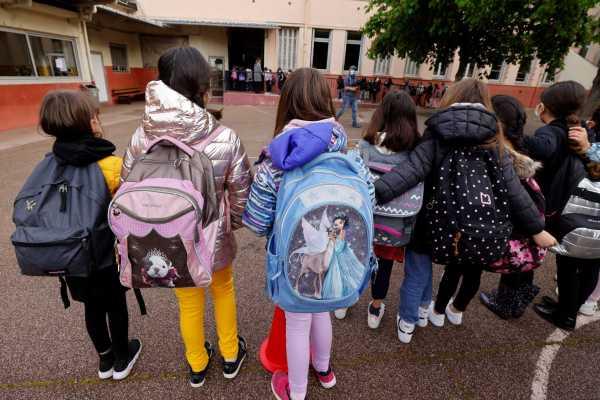 Κορωνοϊός και σχολεία: Καθημερινός έλεγχος και όχι καραντίνα για τις επαφές κρουσμάτων