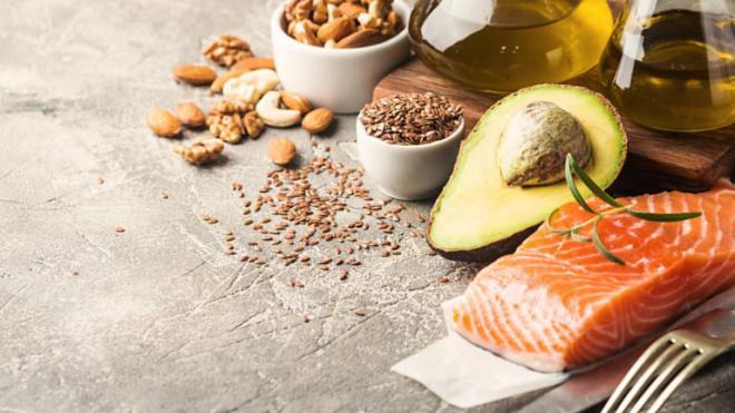 Στο σύνολό τους, τα αποτελέσματα όλων αυτών των επιστημονικών ερευνών, ενισχύουν την άποψη ότι είναι λάθος να κόβουμε πλήρως τα λιπαρά από την διατροφή μας. Τα καλά λιπαρά, όπως εκείνα από φυτά (ελαιόλαδο) και από ξηρούς καρπούς, δεν είναι μόνο χρήσιμα για την καρδιά, αλλά ΔΕΝ πρόκειται να σας προσθέσουν επιπλέον κιλά.