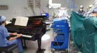 Γιατρός έπαιξε πιάνο δίπλα σε 10χρονο ασθενή, κατά τη διάρκεια επέμβασης αφαίρεσης όγκου
