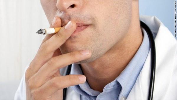 Τα πρόστιμα καλούνται να πληρώσουν μια υπάλληλος στον τομέα της καθαριότητας και η διευθύντρια της κλινικής, όπως προβλέπει ο νόμος, παρόλο που δεν κάπνιζε.