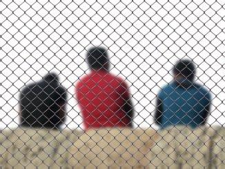 flüchtling_flucht_gitter_eingesperrt_warten_asyl