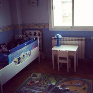 Del otro lado de la mesa, su cama, con barandilla porque él ha caído dos veces y era necesario por su seguridad