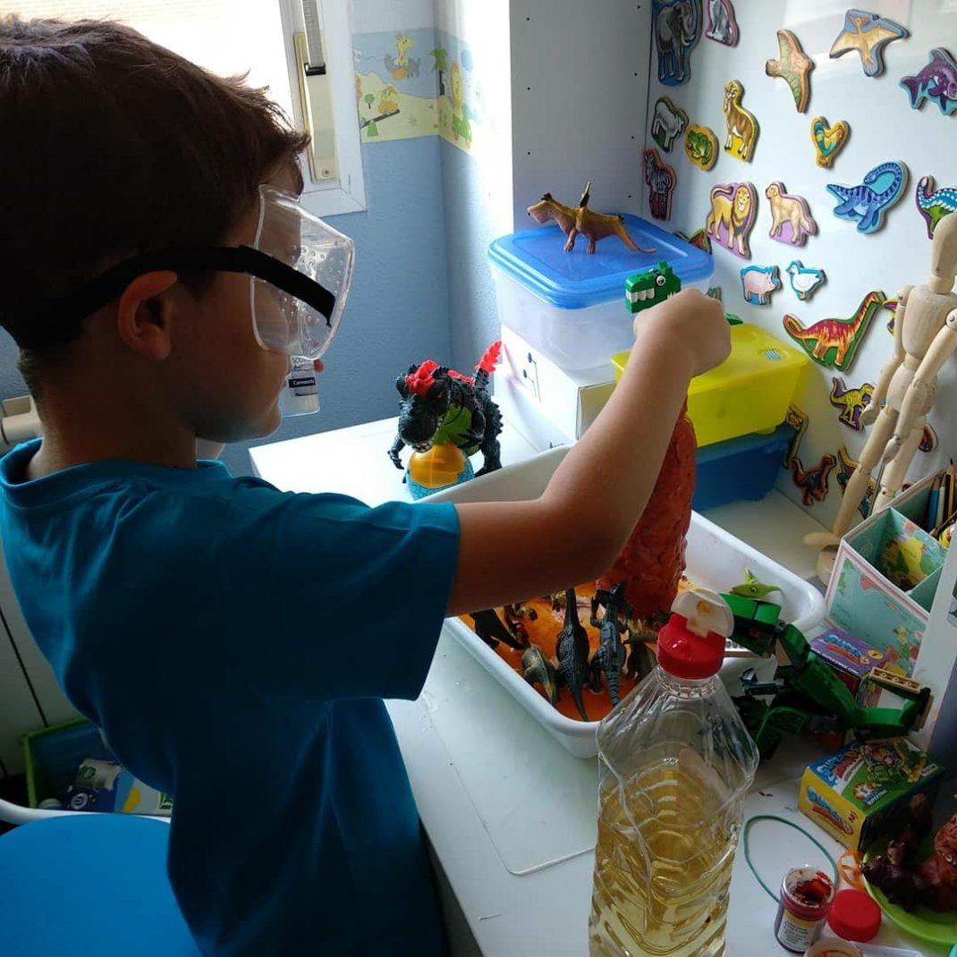 niño haciendo experimento de volcán