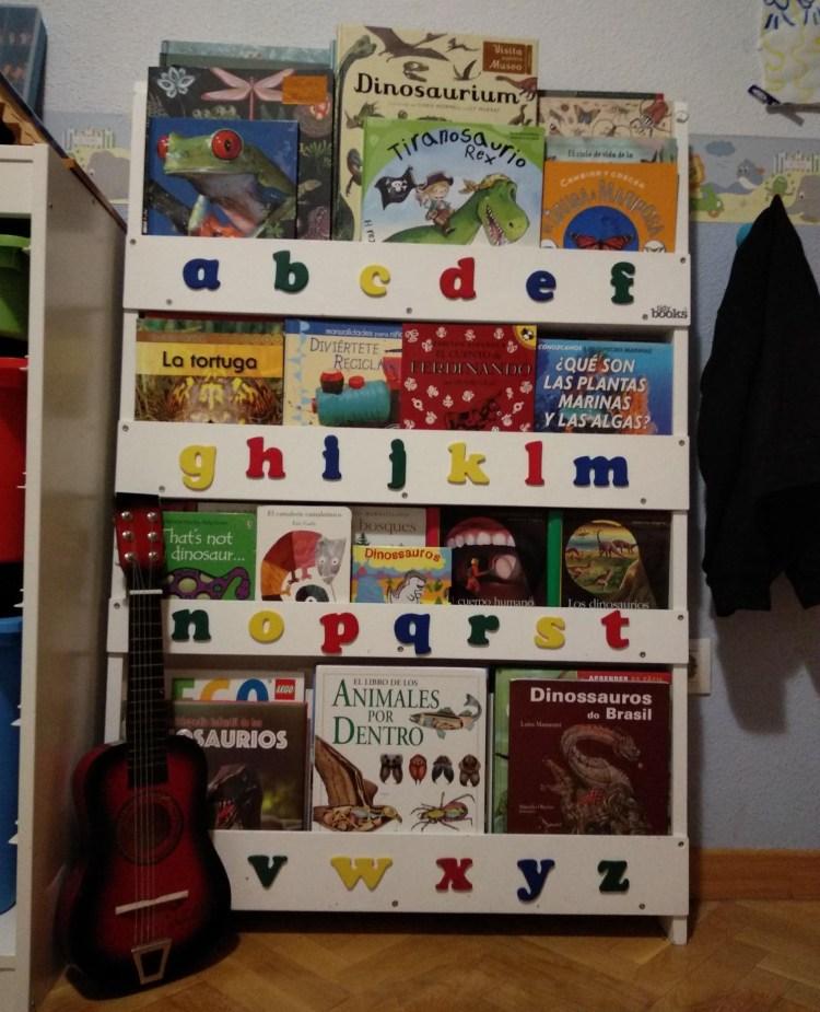 estantería de libros infantiles