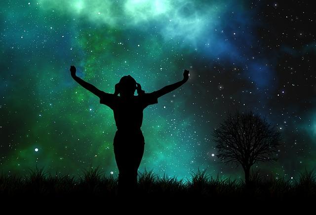 niña bajo cielo estrellado