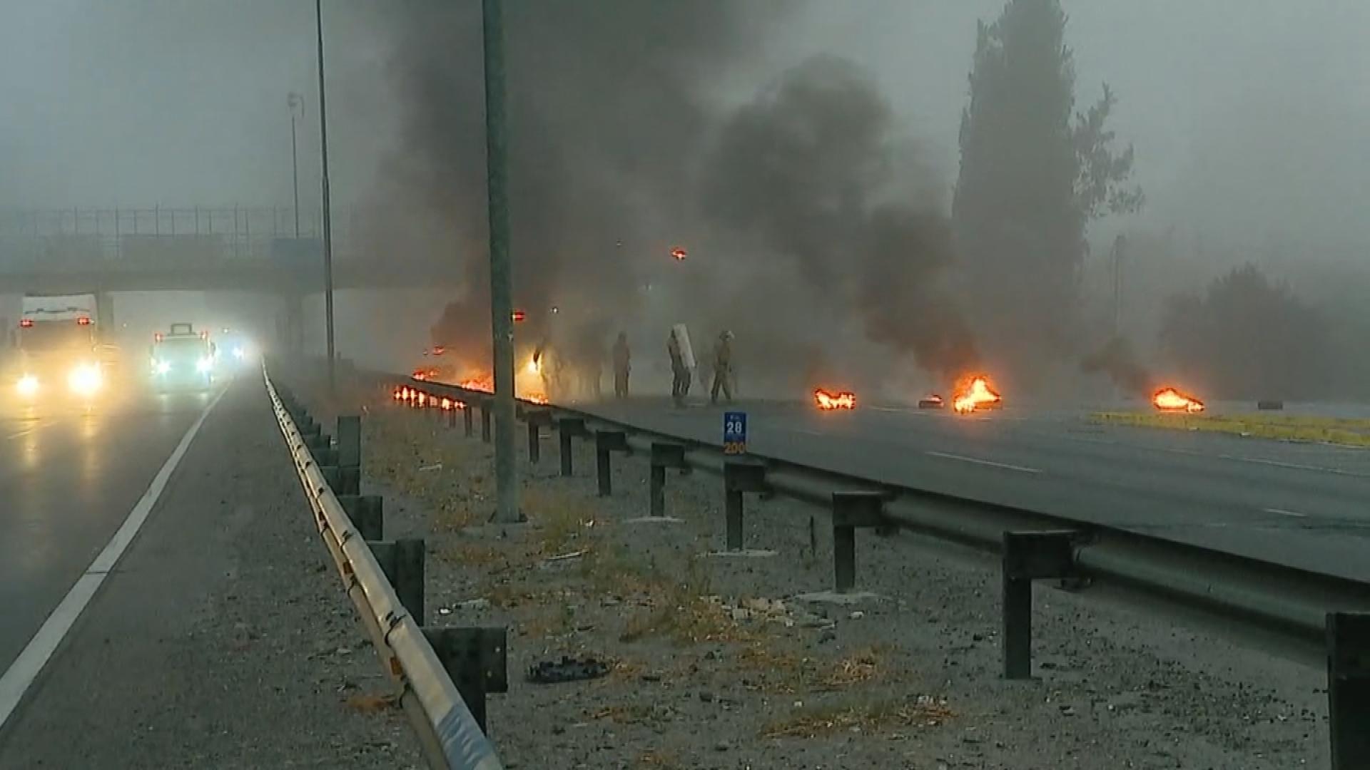 Con barricadas y cortes de caminos se inició el «Súper Lunes» en la región Metropolitana