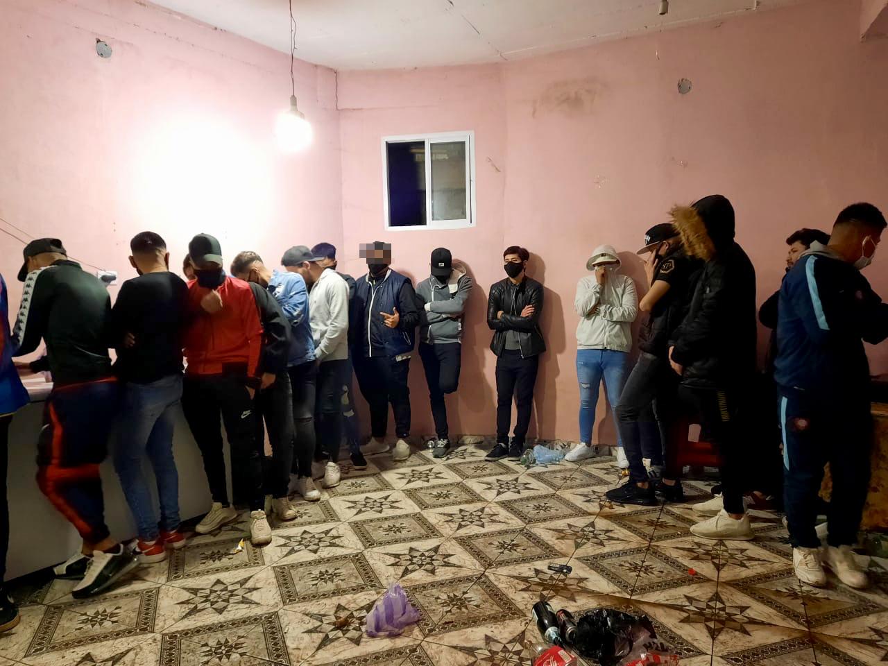 Desbaratan fiesta clandestina con 65 personas en la villa 1.11.14