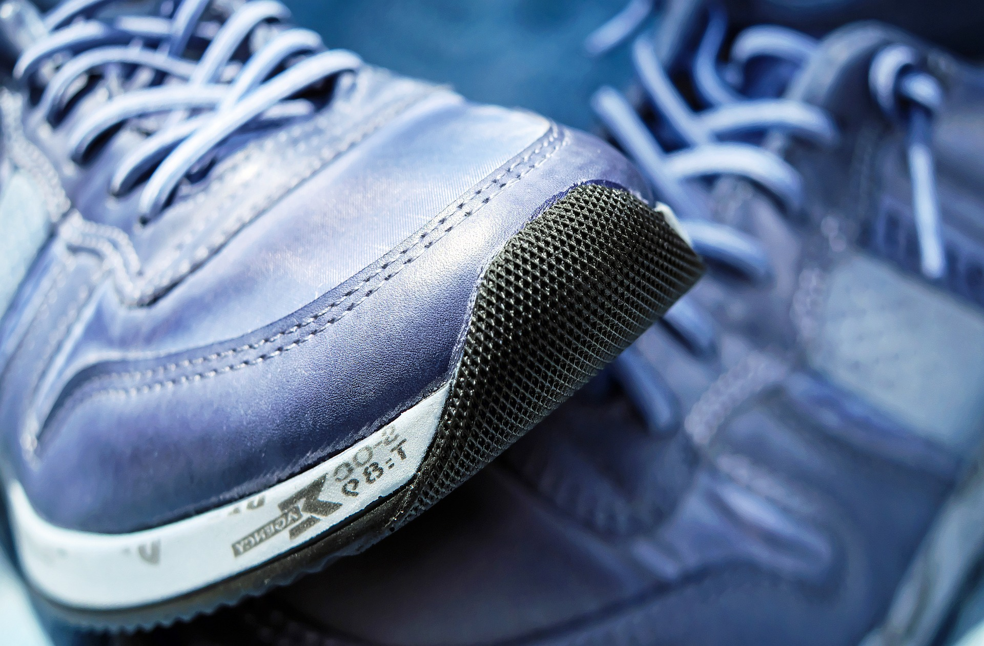 Para comprar un par de zapatillas se necesitan casi 95 horas de trabajo