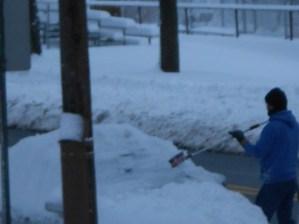 Un pie de nieve sobre el auto