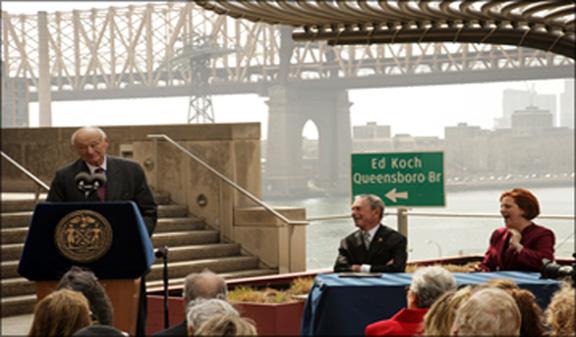El puente de la calle 59 que comunica los condados de Manhattan y Queens fue bautizado con el nombre del ex alcalde Ed Koch. EN la foto el Alcalde Micheal Bloomberg y Christine Queen vocera del Concejo municipal. (Foto archivo NYC)