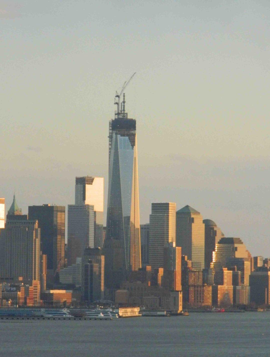 Vista de la Torre de la libertad que reemplaza a las Torres Gemelas destruidas en los atentados terroristas del 11 de septiembre de 2001 en Nueva York. Al atardecer la luz naranja se refleja en su estructura (Foto Nueva York Digital)