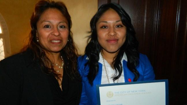 Denise Vivar y su mamá Teresa Acevedo, recibe el premio Rising Star de la ciudad de Nueva York. Foto NYD